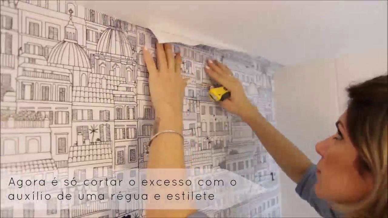 aplicando papel de parede sobre azulejos no banheiro
