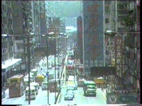 Hong Kong 1987 - Kai Tak airport, my video of an airplane crossing a boulevard !