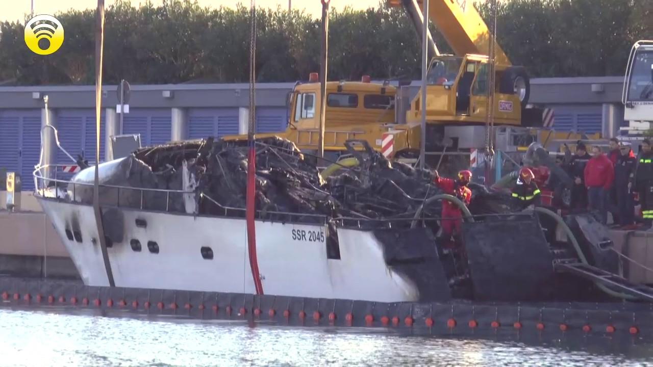 Pesante il bilancio dell'incendio alla Marina di Loano. Recupero dello yacht: video #1