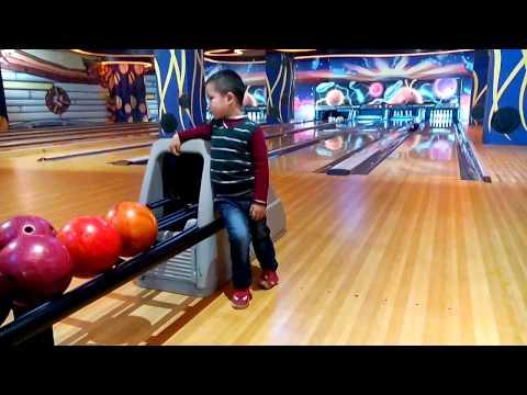 Gia Khoi choi bowling