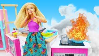Видео для девочек - У Куклы Барби пожар на кухне! – Новые игры для детей.