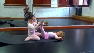 урок балета для детей в Бенидорме, Испании. Тренировка, растяжка, танец.