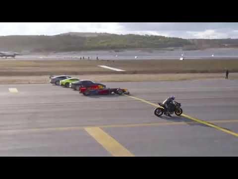 Una carrera entre aviones, autos y una moto