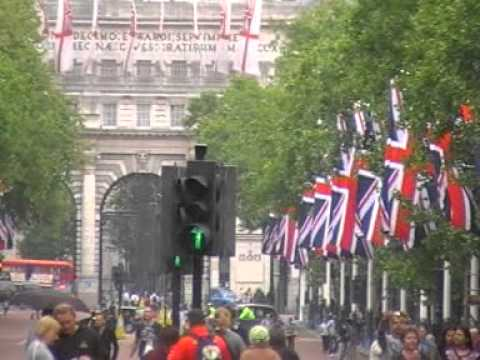 The Mall zu Backingham Palace St. James Palace und Clarence house in London