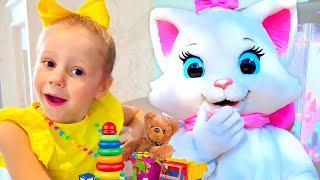 Nastya giả vờ chơi với những người bạn mới và đồ chơi