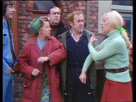 Hilda Ogden and Bet Lynch have a slanging match (4 December 1974)
