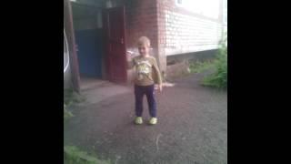 Хлопчик Поговорив по телефону аж телефон розбився