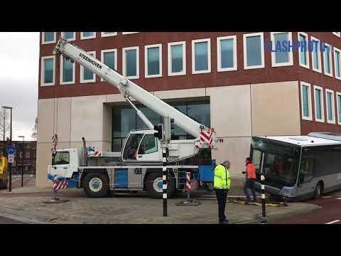 Bus ramt muur en raakt zwaar beschadigd - Horvathweg Schiedam