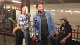 Miley Cyrus no quería ser reconocida en el metro, pero su disfraz fue un fracaso