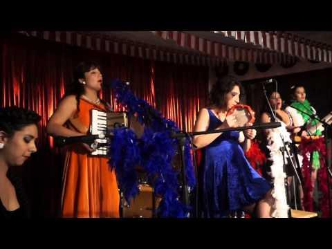 """LAS NIÑAS cantan """"Caracol Caracolito"""" en A PASAR AGOSTO CON LAS NIÑAS / Club Matadero 2014"""