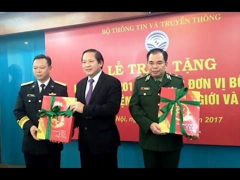 Bộ trưởng Trương Minh Tuấn tặng lịch bloc cho các đơn vị quân đội