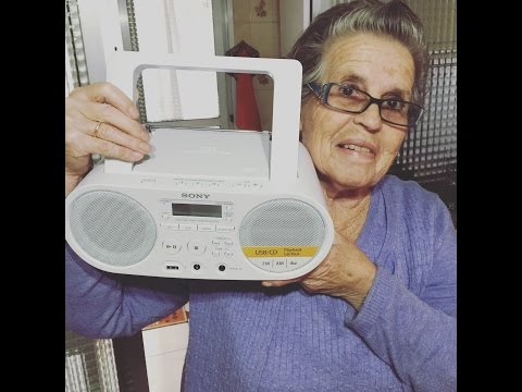 Mi madre realiza el Unboxing de: Sony ZS-PS50 - Radio (CD, MP3)