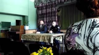 Священик і поліцейський проводять перший урок в СШ N45 у Львові з російською мовою викладання