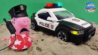 Peppa Pig went to the police station. Become a police officer and ride a police car.