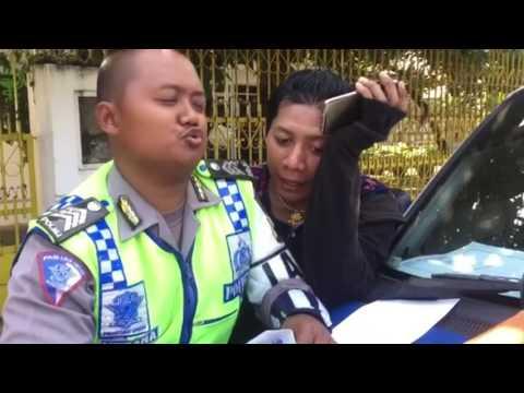 VIDEO Kocak Ketika Polisi Semarang Tilang dan di Rayu Seorang Pria Kemayu