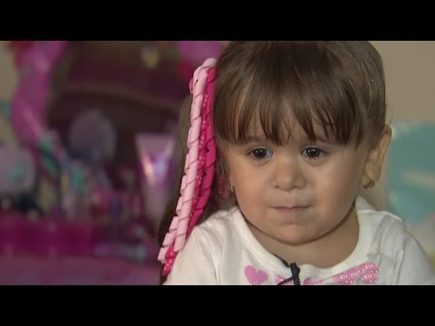 Niña se enfrenta a la vida con su extraña apariencia provocada por una rara enfermedad