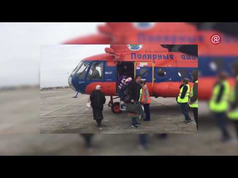 Вертолеты Ми-8 начали перевозить людей через реку Лену