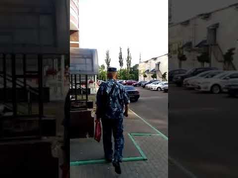 Пьняй сотрудник ФКУ ИК-1 идет на службу