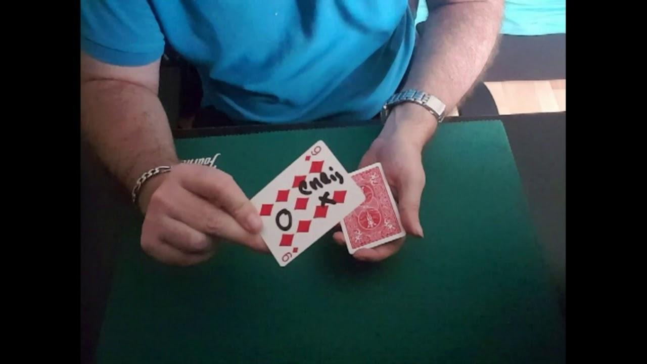 tour de magie carte entre les doigts