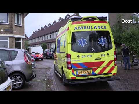 Traumahelikopter landt in Deventer, trekt veel bekijks