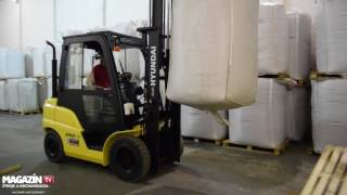 HYUNDAI 25D-9 forklift loading meat meal to the bucket conveyor
