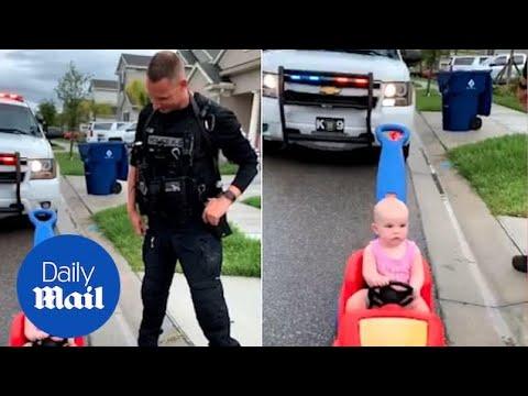 """Вирален хит - Полицаец ја сопира ќеркичката за """"возење во спротивна насока"""""""