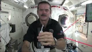 Así se lavan las manos los astronautas