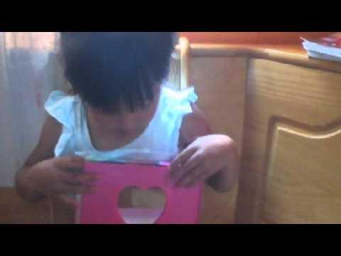 niña mostrando sus cosas