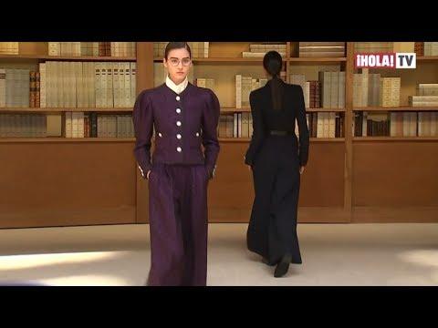 Chanel Incluye Colección De Libros De Karl Lagerfeld En Su Desfile De Paris | ¡HOLA! TV