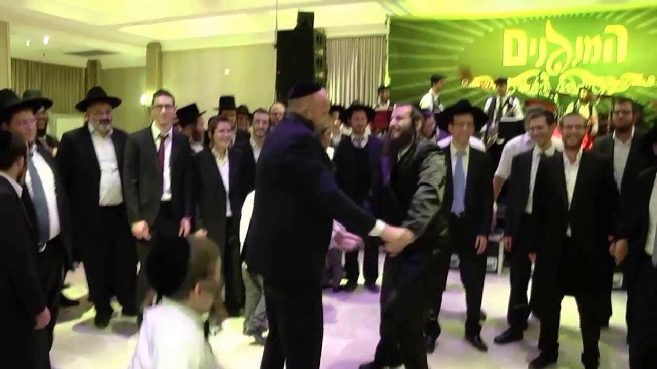 כשטוקר ואייזנטל רקדו יחד עם המפיק דוד קליגר בחתונתו את המנון קול חי בליווי תזמורת המנגנים