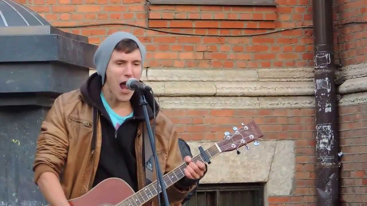 Уличный музыкант поет песню Цоя (Санкт-Петербург)