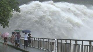 衝撃映像!台風通過後のダム放水 thumbnail