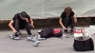 Музыканты играют на ведрах и трубах