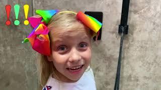 Niños comen dulces de acuerdo con las reglas de conducta con papa