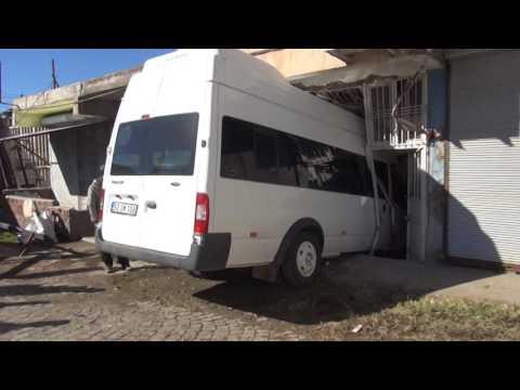 Yolcu Minibüsü İşyerine Daldı