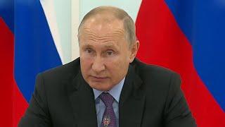 Президент на встрече с главой Амурской области обсудил ликвидацию последствий сильных паводков.