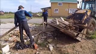 Экскаватор погрузчик JCB перевозит дрова