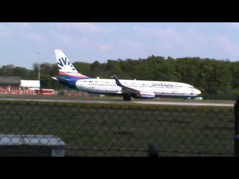 Sun Express Boeing 737-86J startet in Frankfurt Airport Startbahn West