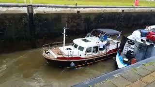 Perikelen in de sluis met binnenvaartschip