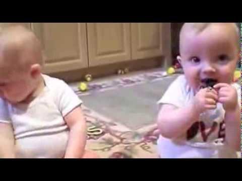 Video Lucu Twin Baby Menirukan Bersin