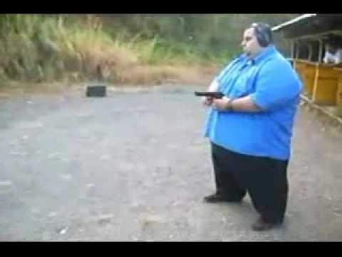 Fettsack schiet mit einer Pistole  YouTube