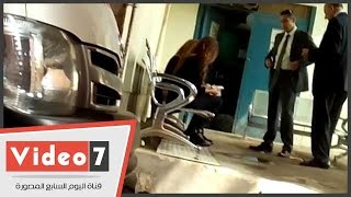 أسرة سامح سيف اليزل تلقى نظرة الوداع على الجثمان قبل مغادرة المستشفى