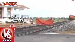 Negligence of Gateman at Railway level crossing at Nizamabad district - Teenmaar News