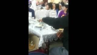 Ворует на свадьбе угощение.