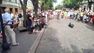Безлюдная Одесса. Уличные музыканты играют Хава Нагила (Hava Nagila) на безлюдных улицах одессы