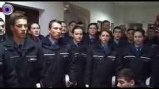 Vine Craciunul   Corul elevilor jandarmi de la Falticeni a colindat Monitorul de Suceava