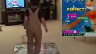 japanese 5 year old kid playing ddr! awesome