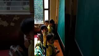 आदर्श शिक्षा मंदिर भदैनी वाराणसी में गीत का अभ्यास कराते आचार्य जी