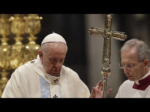 شاهد: البابا فرانسيس يعتذر عن فقدانه الصبر وضربه لمؤمنة آسيوية…