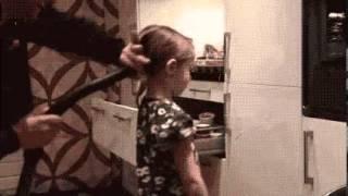 Как быстро собрать волосы в хвостик у девочки?